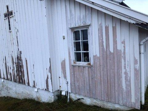Nordveggen på Skarsvåg kirke er råtten og vinduet kan ramle ut når som helst.