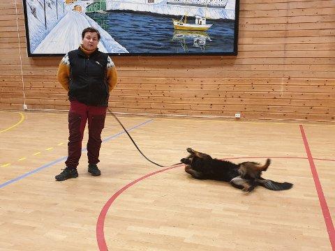 Vibeke Pettersen med en hund på pause.