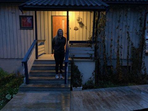Flere og flere unge kjøper hus i Honningsvåg. Erica Lyder (20) er en av stadig flere.
