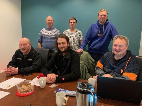 De ansatte i Arctic Bygg as er fornøyde med ny eier. Her er de fleste samlet i deres egne lokaler i Sjøgata. Arve Olsen, ny eier sitter til venstre, mens daglig leder, Jan Halvor Søreide sitter til høyre.