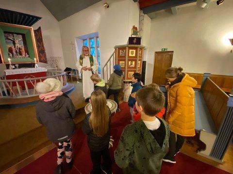 SPENTE: Et bilde fra en tid tilbake hvor 5. klasse i Kjøllefjord var på besøk i kirken.