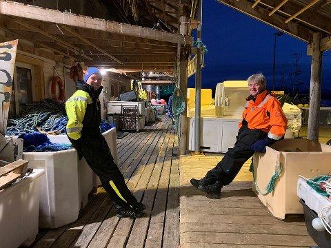 Kjell Vidar Forsberg og Ken Ivan Pettersen ser frem til å få skikkelige havneforhold i Kamøyvær. - Vi skal sprette champagnebrusen når de begynner å kjøre stein hit, sier de nøkternt.