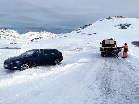 I Skarsvågrevva står det fem biler som nå blir hentet av bilberger. Veien blir ikke åpnet for fri ferdsel i dag og nattestengt fra i ettermiddag av.