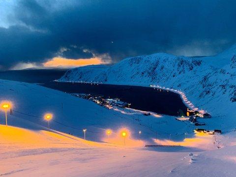 På fredag arrangerer Nordkapp Alpinklubb nybegynnerkurs i slalåmbakken.