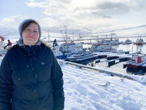 MOLO OG MUDRING: Ordfører Helga Pedersen på kaia i Torhop, Tana kommunes fiskerihavn. Men de er ikke i mål. Prosjektet med molo og mudring har vært på vent i flere år på grunn av regionreformen og dårlig oppfølging av den.