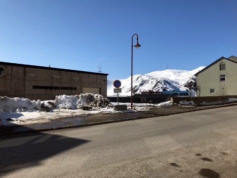 På denne tomten skal bygget til T. Johansen drift as oppføres. Byggingen starter om få dager.