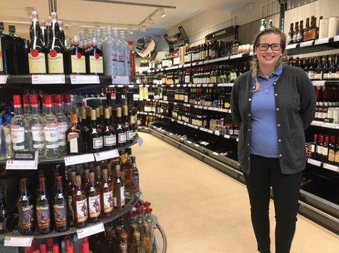 Hilde Kristin Strand Bertheussen er daglig leder på Vinmonopolet i Honningsvåg. Tiltross for strenge koronatiltak, har salget vært godt den siste måneden.