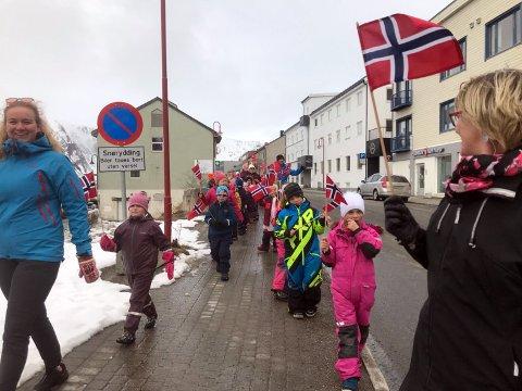 Elevene og lærene i 1 og 4. trinn ved Honningsvåg skole, feiret nasjonaldagen på forskudd.
