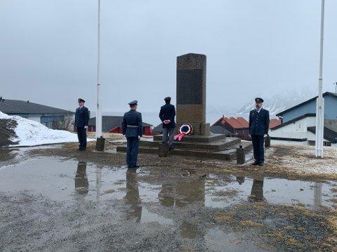 Tradisjonell kransenedleggelse på 17. mai. Forsvaret var æresvakt.