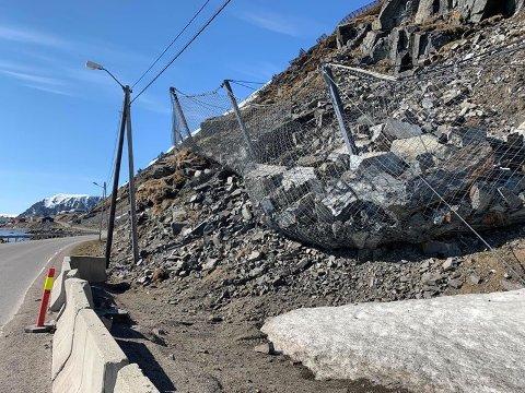 Fanggjerdet på Vesteria har tatt imot en stor mengde stein den siste tiden. Så mye at man har vært nødt til å sette kantstein  langs veien.