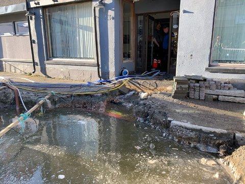 Slik så det ut utenfor Skotøymagasinet as i Honningsvåg på søndag. Vannet renner ut under butikken.