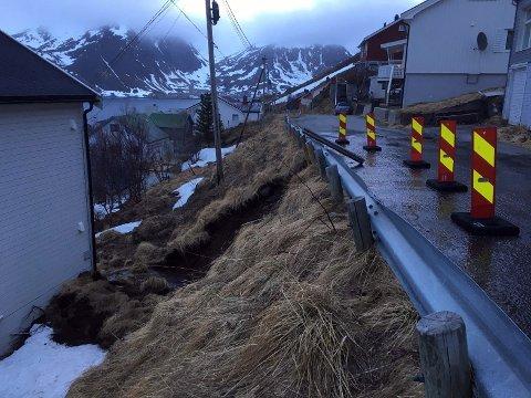 Bildet er tatt i Fjellveien 11. mai i 2018. Da forårsaket et jordskred at veien ble revet ut og husene på nedsiden måtte evakueres.