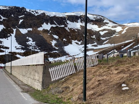 Slik ser det ut i Nordvågen. Her har kirkegårdsgjerdet fått hard medfart i vinter.