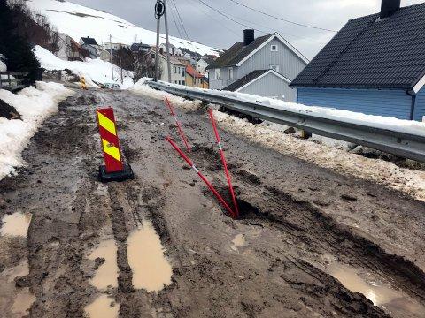 Dette bildet er tatt i Øvergata i Honningsvåg når snøsmeltingen startet. For ordens skyld påpekes det at denne veien er blitt gruset og i en relativt bedre stand enn når bildet ble tatt den 20. april.