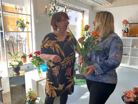 ÅPNINGSDAG: Bjørg Olsen og Gøril Wagelid tok i mot kunder i nyåpnet Blomsterpia - Honningsvåg Begravelsesbyrå AS.