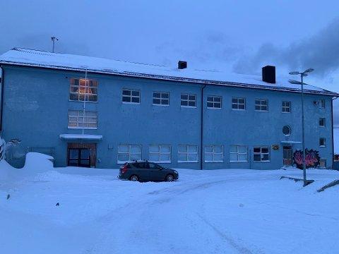 Nordkapp kommune tar i bruk flere bygg for å få alle elevene tilbake på skolen. Noen av elevene skal de kommende ukene gå på skole i turnbygget.