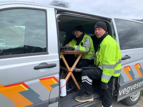 - Kontroller er viktig, noe dagens kontroller viser, sier senioringeniør ved Utekontrollseksjonen, Trafikant og kjøretøyavdelingen i Statens Vegvesen, Sten-Kristian Berg. (Inne i bilen).