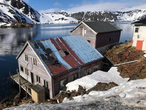 Farlig: Disse to pakkhusene som står på en privat kai i Kamøyvær, er i ferd med å klappe sammen.