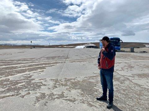 FOLKETOMT: Direktør for Scandic Nordkapp, Hans Paul Hansen, speider etter turister utenfor inngangen til Nordkapphallen.