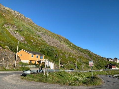 Dette ser idyllisk ut, men er et veldig rasutsatt område. - Veien burde vært stengt om vinteren, det blir ikke tryggere å ferdes her selv om vi har flyttet, sier Steinar Olsen.