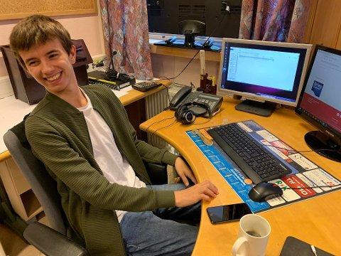 EN GLAD UNG HERRE: Det blir visst tid til mye latter for Ole Elde (17) inne i lokalene til Radio Nordkapp.