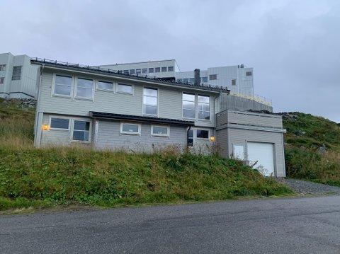 Selges? : Kappelanboligen i Fiskergata har vært leid ut til Nord—Hålogaland Personalavdeling av Nordkapp kommune. Nå ønsker man at boligen skal selges.