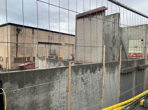 Bygget som er under oppføring sett fra Storgata. Sjøgata blir stengt mens det videre arbeidet pågår.