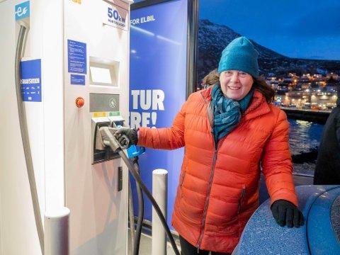 ELBILTESTING: Huldra Tronstad og Norsk Elbilforening, har kjørt Finnmark på kryss og tvers for å teste elbiler og ladestasjoner i Finnmark.