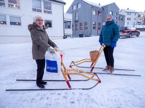 SPARKEFØRE: Valborg Karlsen og Ruth Jensen er glade for å endelig kunne bruke spark på handleturene i Honningsvåg.