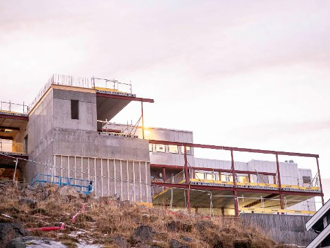 STÅR PÅ: Utbyggingen av Nordkapp videregående skole pågår for fullt. Bygget skal være ferdig til høstens skolestart.