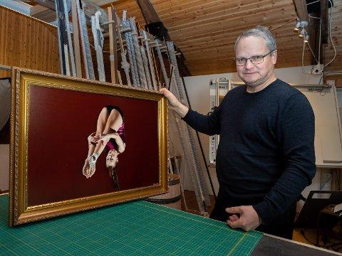 RAMMEMAKER: Stadig mer av fotograf Erik Lingjærdes virksomhet, dreier seg om å ramme inn egne og andre bilder. Bildet av turner av Iselin Sandmo har han både fotografert og rammet inn.