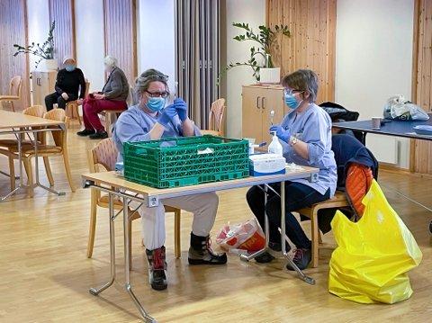 DYKTIGE DAMER: Sykepleierne i Nordkapp kommune, har fått mye erfaring med å sette koronavaksiner, og lar seg ikke affisere selv om de torsdag måtte flytte midlertidig til menighetshuset.