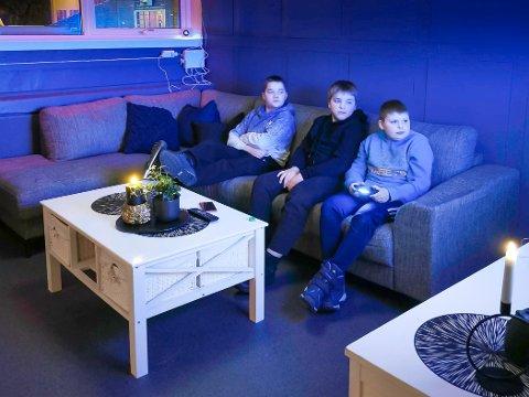 FORNØYDE UNGDOMMER: De nyoppussede lokalene til Klubb1 i Havøysund, er blitt godt tatt imot av ungdommene. Se flere bilder nederst i saken.