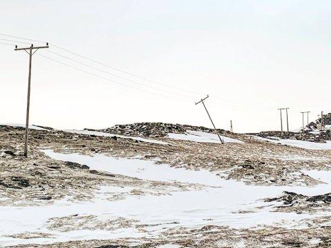 KNEKT MAST: Uværet har fart hardt med strømmastene i Tufjord på Rolvsøya. Deler av øya er uten strøm, men det jobbes med å få nødstrøm på plass.