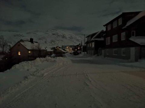 Mørklagt: Store deler av bebyggelsen i Kjøllefjord er uten strøm.