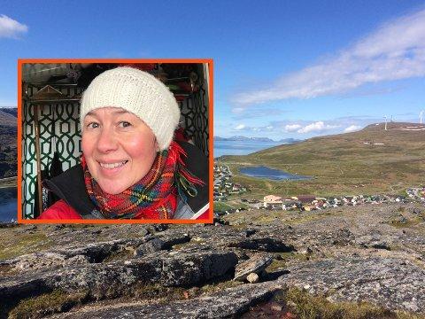 DYREHOLD: Reidun Mortensen trengte dyrlege til sin eldre hund, og fikk heldigvis god hjelp. Nå vil hun hjelpe dyrlegen å få et mer permanent lokale i Havøysund.
