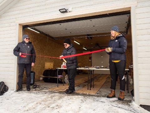 SNORKLIPPER: DIrektør i Repvåg kraftlag, Oddbjørn Samuelsen, fikk æren av å klippe snoren og stå får den offisielle åpningen av turlagets garasje i Skipsfjorden lørdag. Styreleder Karin Rustad og styremedlem Bengt Altmann holdt i snoren.