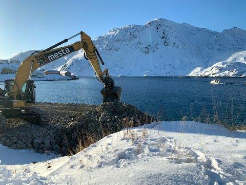 Det går unna med molo-byggingen i Kamøyvær. Snart kan fiskeflåten gå inn i Bullvika og legge til i en trygg havn.