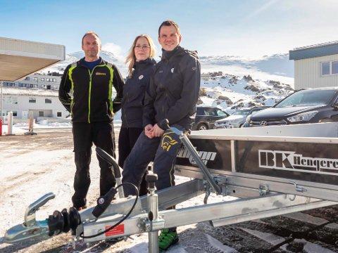 NÆRKJØP: Turlaget nye skuterhenger er innkjøpt lokalt. Noe både Fred Jonas Dyrstad (t.v) Edelh Ingebrigtsen og Kjell-Vidar Forsberg, er fornøyd med.