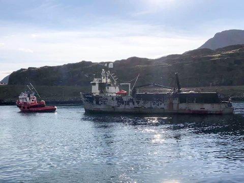 BRANNSKADD: Den brannskadde båten «Arctic Wolf» ble i fjor høste tauet ut av Havøysund.
