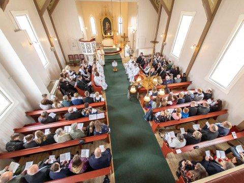 ÅPNER: Kirkene i Nordkapp, Lebesby og Måsøy åpner for gudstjenester, men det blir ennå ikke mulig å fylle kirkene slik bildet fra 2019 viser.