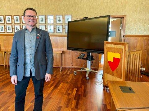 SLIPPER FOLK TIL: Ordfører Jan Olsen (SV) gleder seg til den første spørretimen og håper mange av kommunens innbyggere vil innta kommunestyrets talerstol.