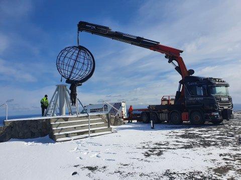 HEIS: En god kran må til for å løfte den tunge globen tilbake  i metallskoene.