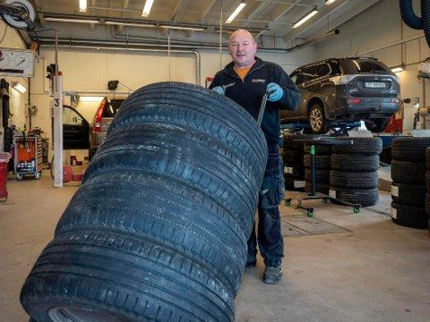 GOD TRIM: Arve Olsen og hans ansatte i Nordkapp Auto har mer enn nok å gjøre med å skifte fra vinterdekk til sommerdekk på biler i Nordkapp.