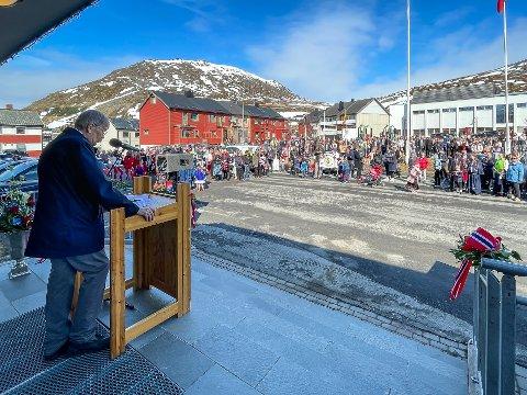 STADIG FÆRRE: Det var mange folk på rådhusplassen 17. mai under Ulf Syvertsens tale, men folketallet i Nordkapp fortsetter å synke kraftig.