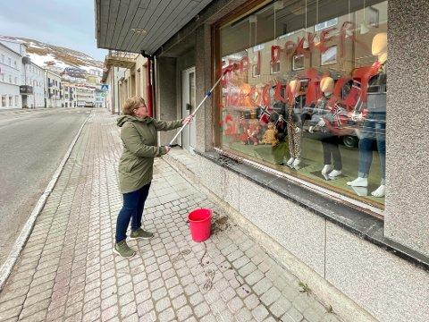 DAGEN DERPÅ: Smilende vasket Linda Hansen butikkvinduene rene etter at russen hadde malt sitt budskap på vinduene natt til 17. mai