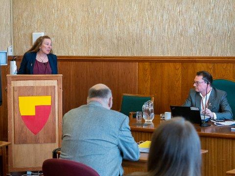 BETENT: Kari Lene Olsen mener hun ble beskyldt J ordfører Jan Olsen for lekkasje av dokumenter til mediene. Ordfører Olsen er ikke enig i at noe ble beskyldt