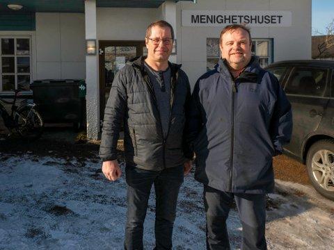 Menighetsrådsleder Thorgeir Walsøe (t.v) og kirkeverge Reidar Johansen gleder seg til oppstarten av Frivillighetssentralen i Nordkapp. Nå er avtalen underskrevet.