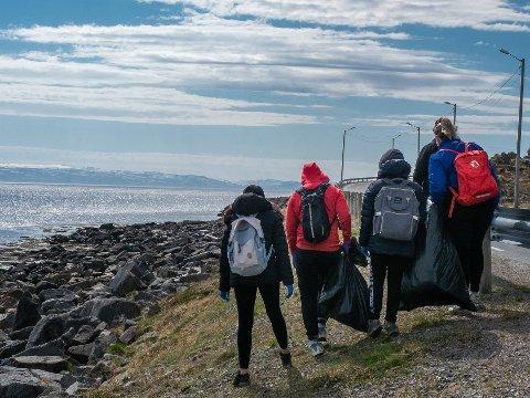 DUGNAD: Denne gjengen fra videregående ryddet i fjære mot Nordvågen fredag. I morgen er det dugnad i Selvågfjæra ved flyplassen
