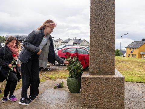77 ROSER: Til minne om de 77 menneskene som ble drept 22. juli 2011, ble det satt ned 77 roser ved minnebautaen på Kirkebakken.
